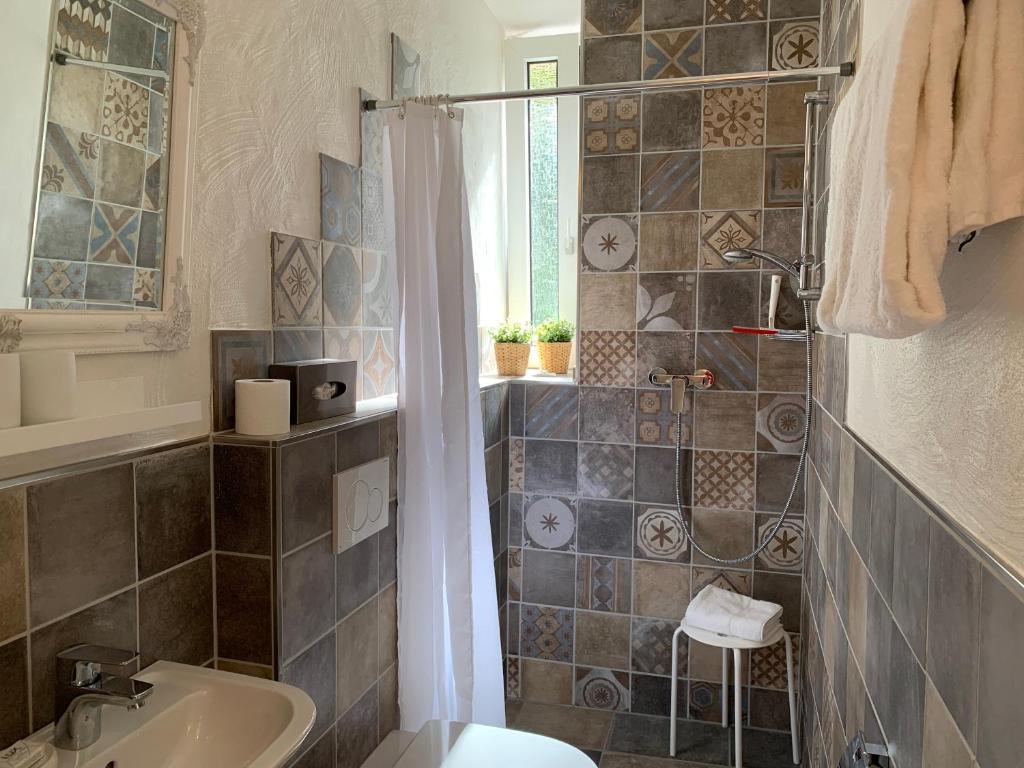 Ein Badezimmer in der Unterkunft Moselland Hotel im Enderttal Zum Onkel Willi
