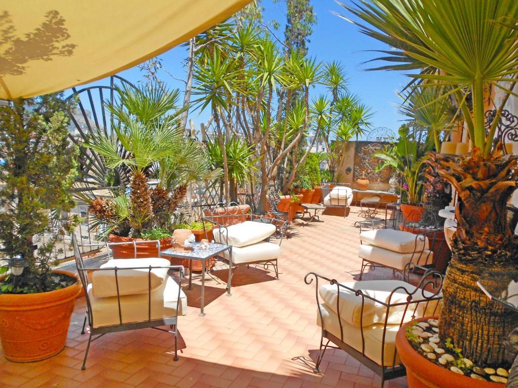 A restaurant or other place to eat at Locazione Turistica Giardino delle Palme