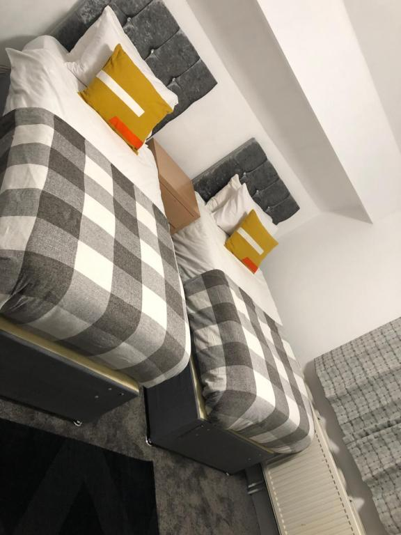 A bed or beds in a room at Ashfield Hotel