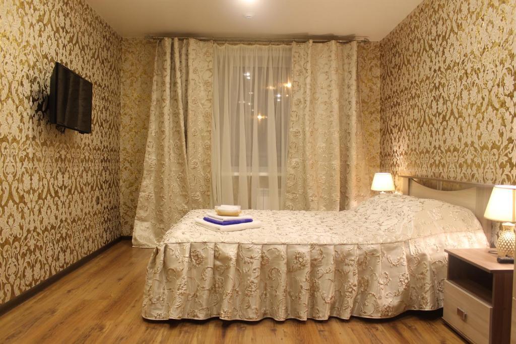 Кровать или кровати в номере АПАРТАМЕНТЫ ОДНОКОМНАТНЫЕ УРАЛОЧКА