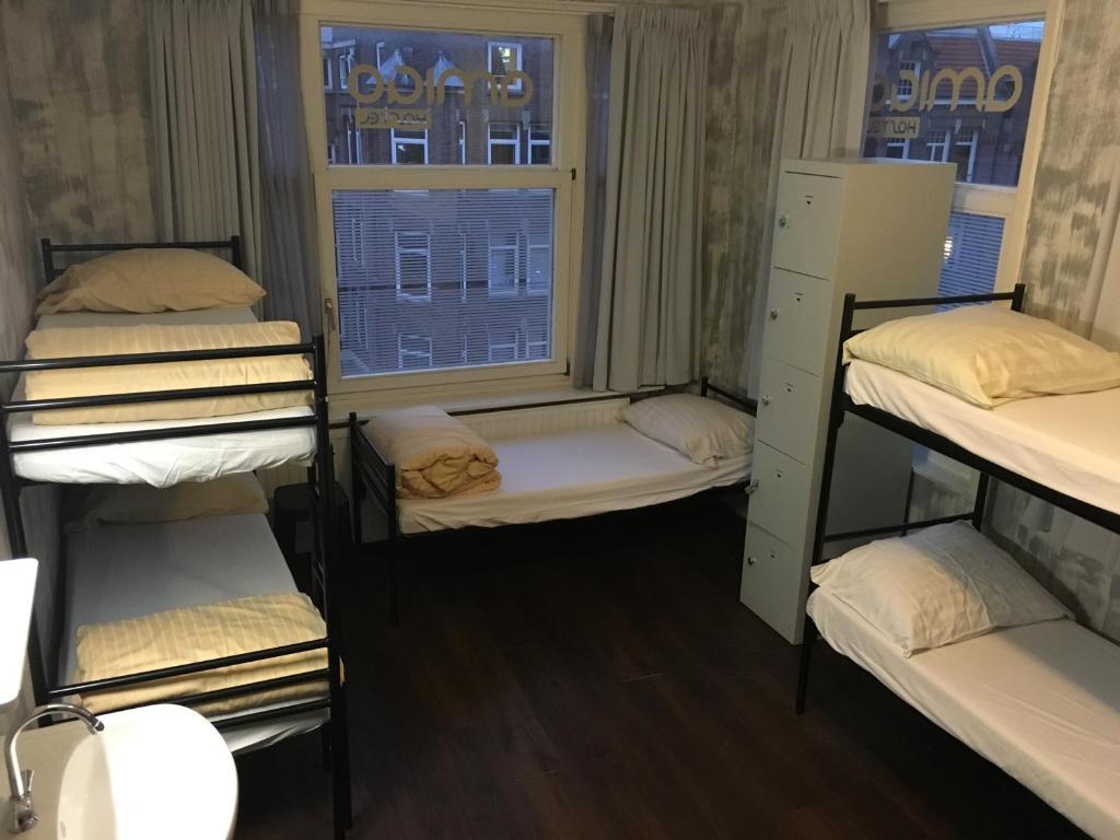 Uma ou mais camas em beliche em um quarto em Amigo Hotel