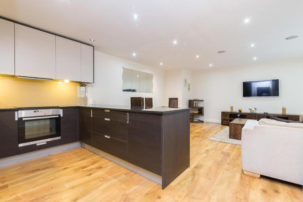 A kitchen or kitchenette at Cavendish Apartment 2 Bed Flat