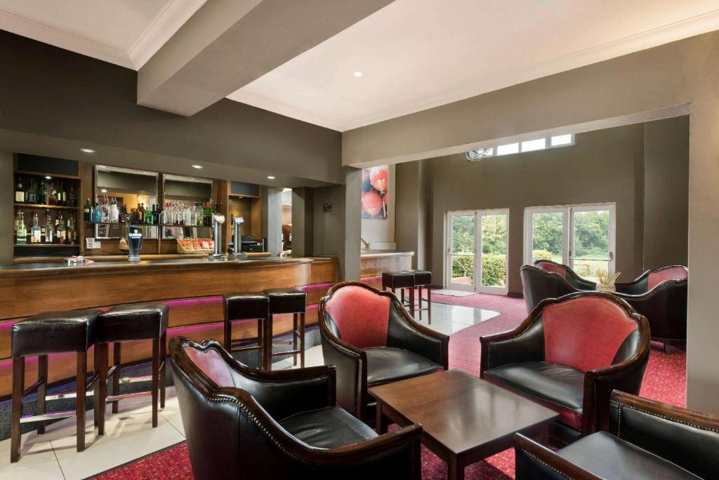 The lounge or bar area at Hotel Warwick