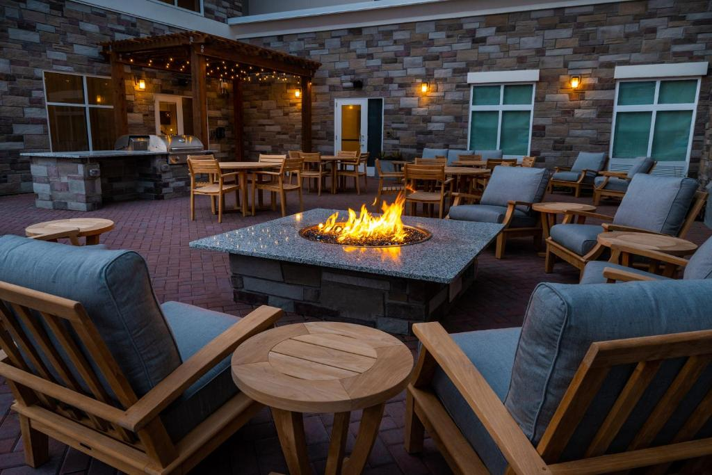 A restaurant or other place to eat at Homewood Suites By Hilton Rancho Cordova, Ca