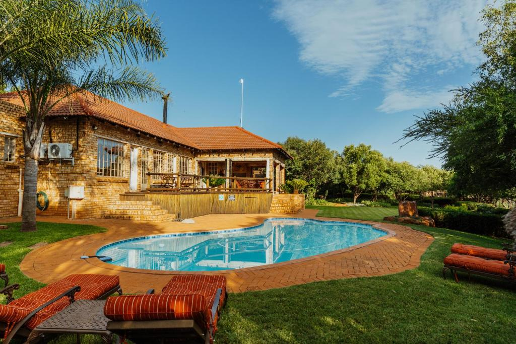 The swimming pool at or close to Boubou Bed and Breakfast