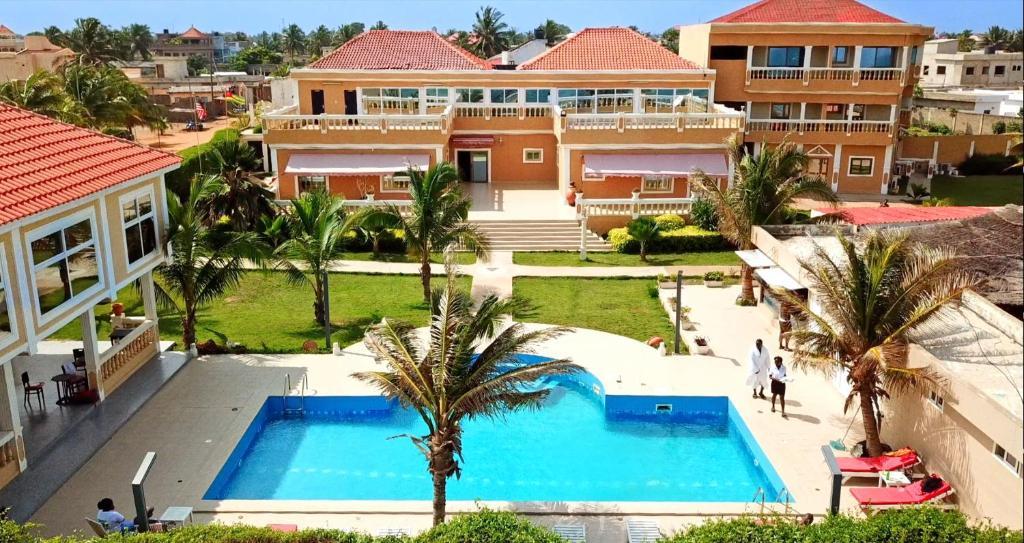 Vue sur la piscine de l'établissement Hôtel Résidence Madiba ou sur une piscine à proximité