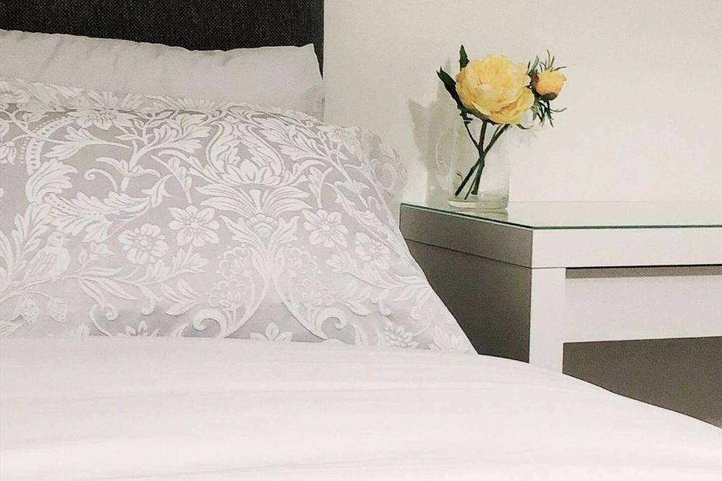 A bed or beds in a room at Flat 2 Modern Two Bedrooms home with en-suite, free parking and Netflix