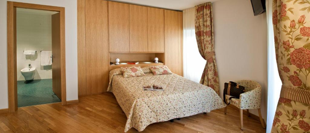 A bed or beds in a room at Hotel Romanda