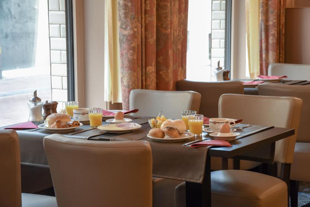 Een restaurant of ander eetgelegenheid bij Hotel Du Commerce