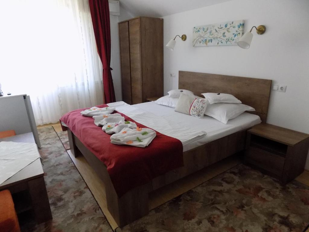 A bed or beds in a room at Pension Eden