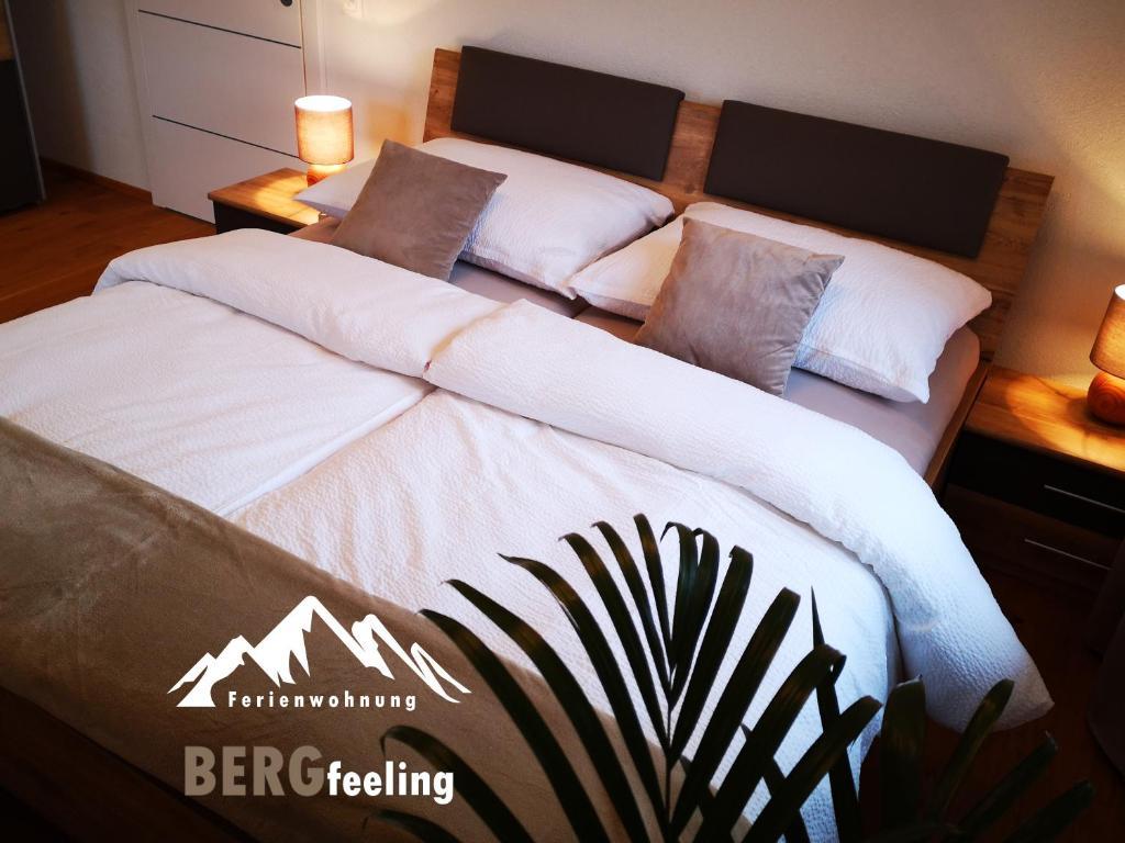 Ein Bett oder Betten in einem Zimmer der Unterkunft Ferienwohnung Bergfeeling