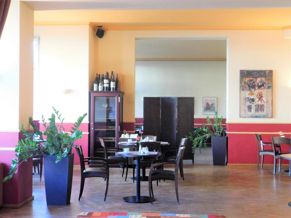 A restaurant or other place to eat at Hotel Riehmers Hofgarten