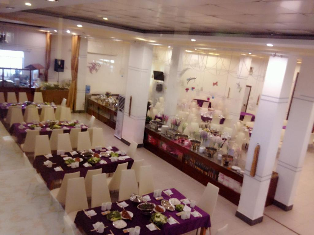 A restaurant or other place to eat at QUỐC TẾ Hotel