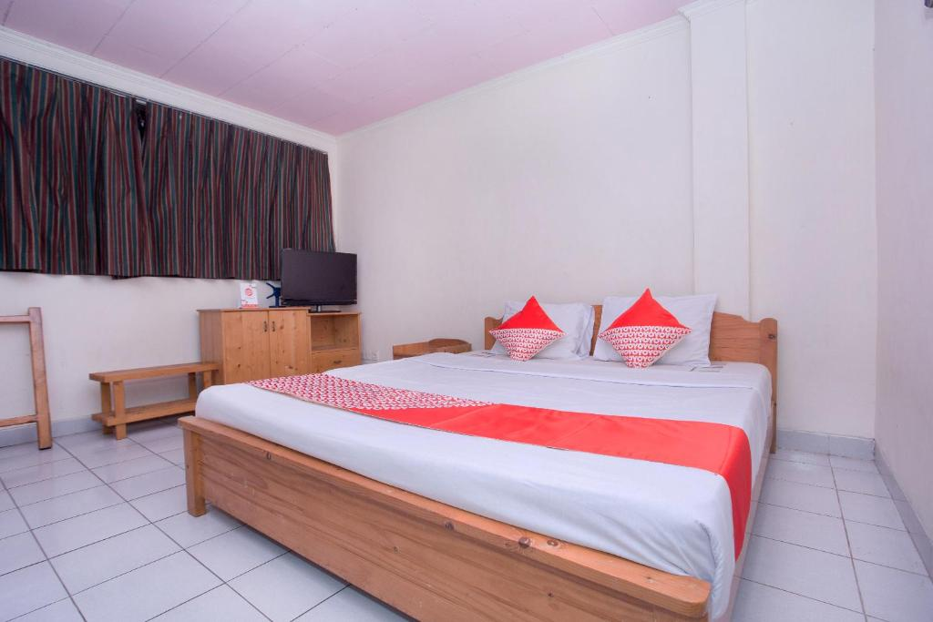 A bed or beds in a room at OYO 2787 Wisma Guci Kencana