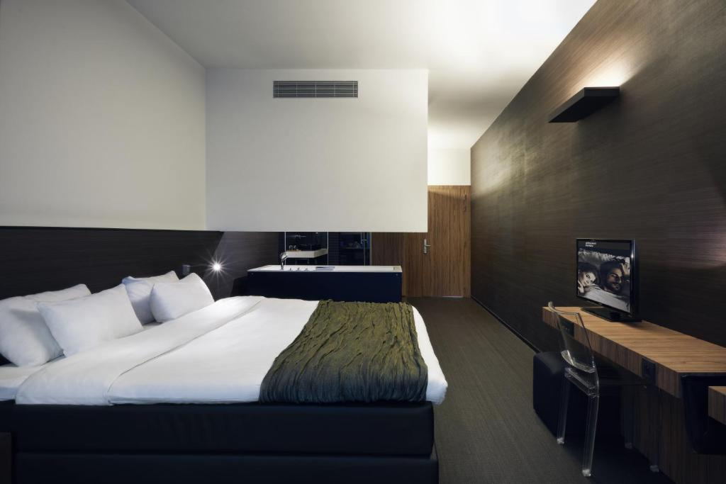 A bed or beds in a room at Carbon Hotel