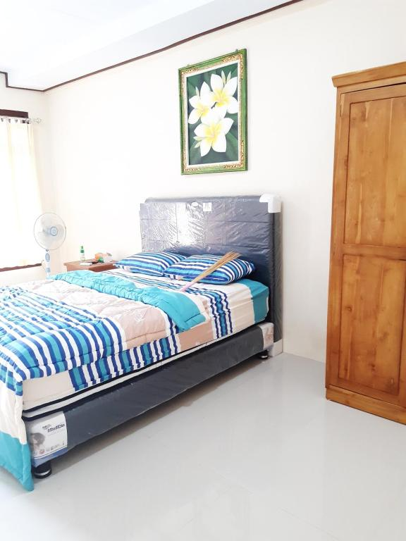 A bed or beds in a room at RAJA GUEST HOUSE