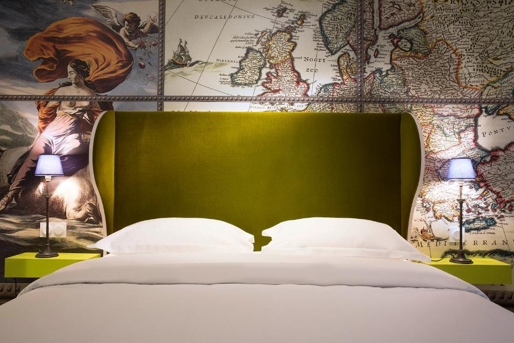 A bed or beds in a room at Hôtel du Continent