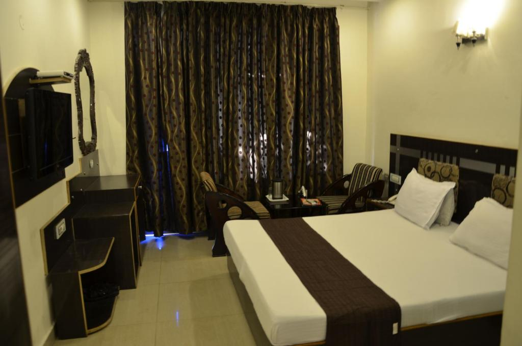 A bed or beds in a room at Hotel Citi Heights