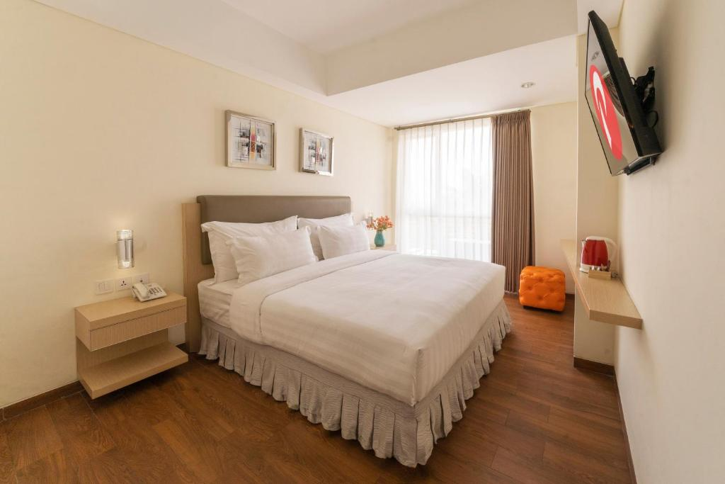 A bed or beds in a room at d'primahotel Airport Jakarta 2