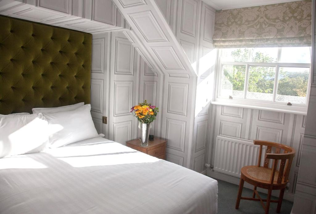 A bed or beds in a room at Pembroke Townhouse