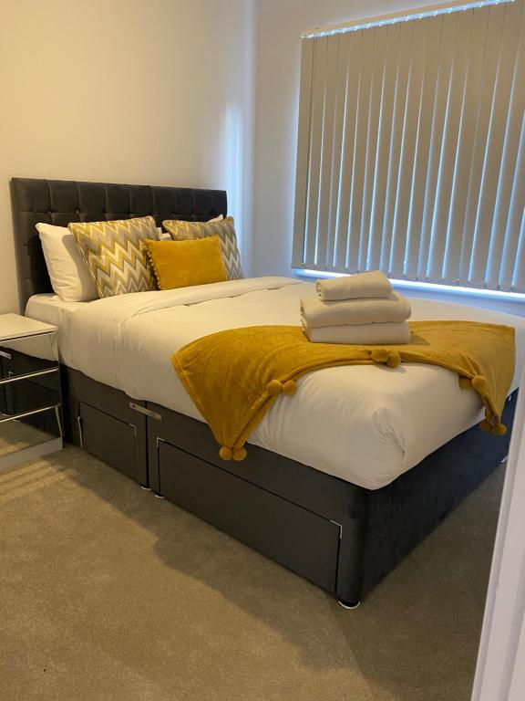 A bed or beds in a room at one bedroom private apartment near to town center