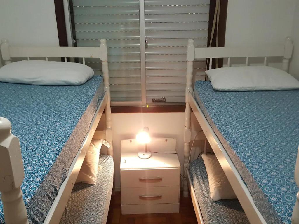 A bed or beds in a room at ÓTIMA LOCALIZAÇÃO! EMPRESAS E FAMÍLIA (TÉRREO)