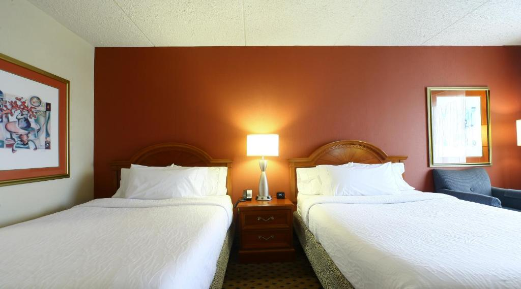 A bed or beds in a room at Hilton Garden Inn Secaucus/Meadowlands
