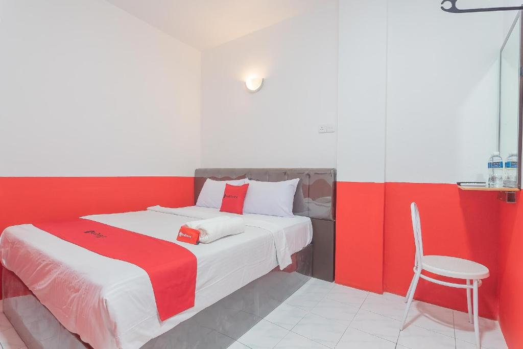 A bed or beds in a room at RedDoorz @ Pasar Melayu Sagulung Batam