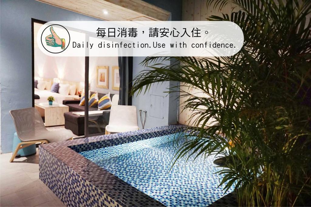 The swimming pool at or near 墾丁-湛藍海岸民宿 Azure Inn-南灣沙灘-可包棟-國旅卡特約商店