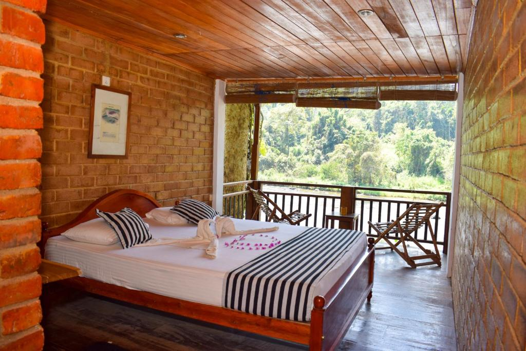 A bed or beds in a room at Rafters Retreat