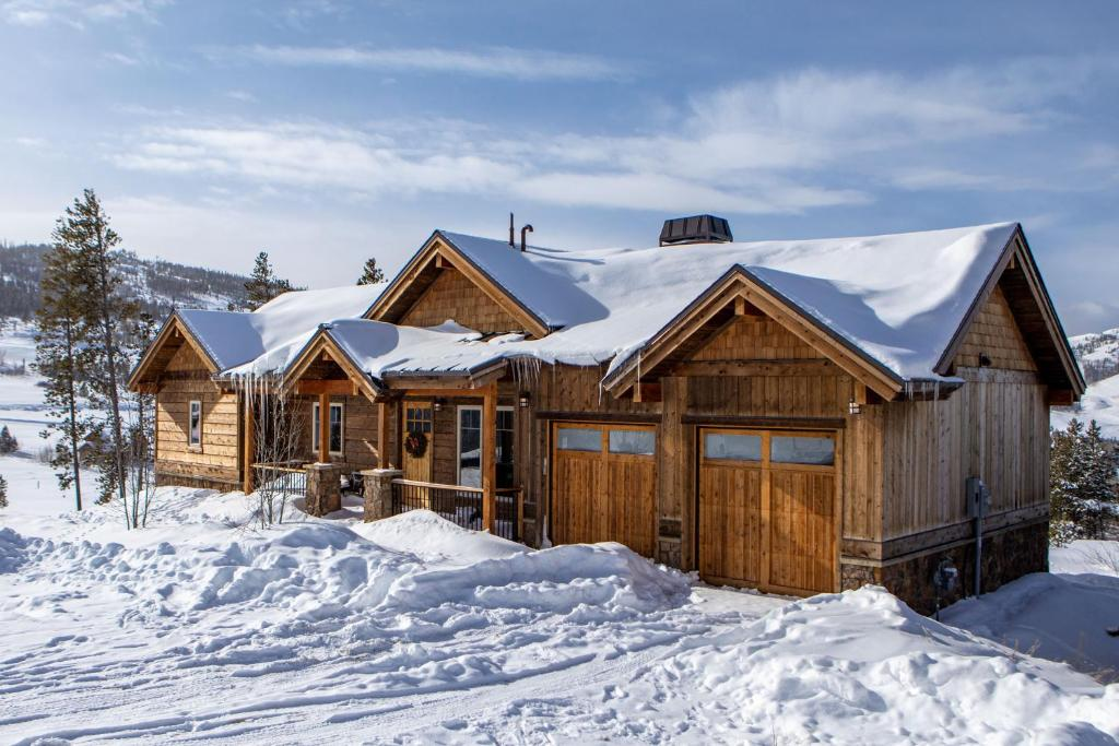 New Listing! Mountain-View Lodge w/ Fireplace and Hot tub cabin