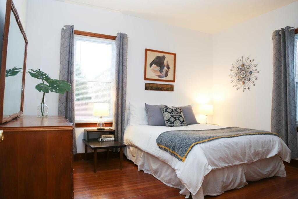 A bed or beds in a room at The Artists Flat near Providence College - Free Parking
