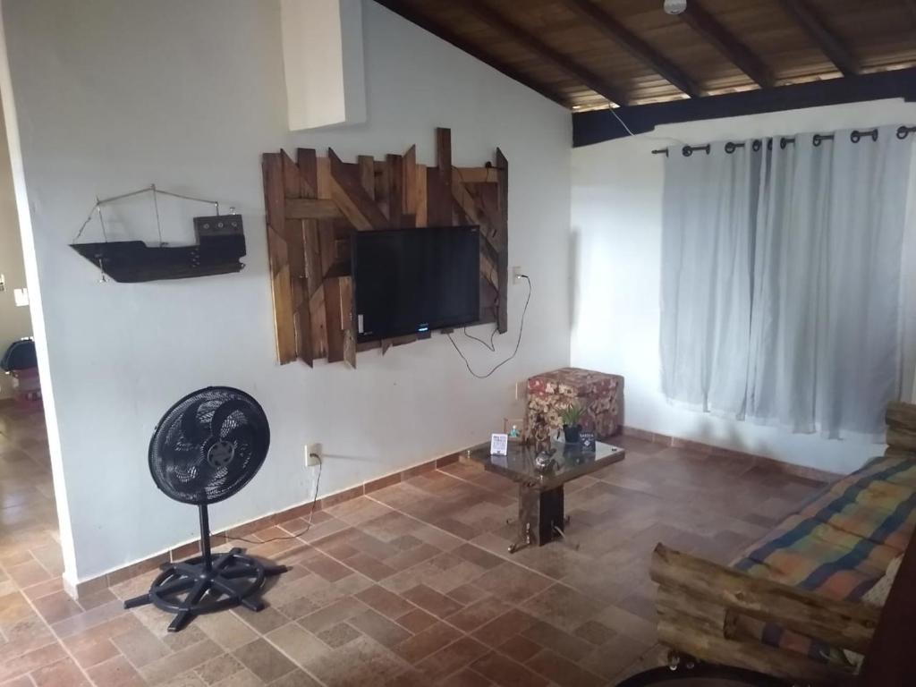 Una televisión o centro de entretenimiento en Casa Alto do Carmo (Proxima a Pousada Pirineus)