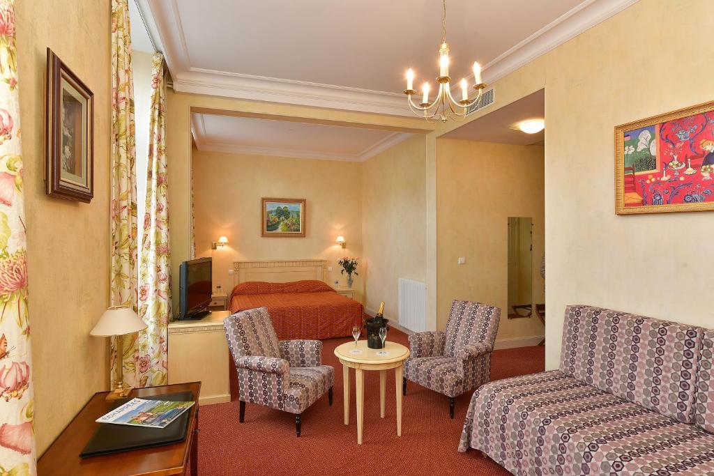 Coin salon dans l'établissement Hotel Castel Jeanson