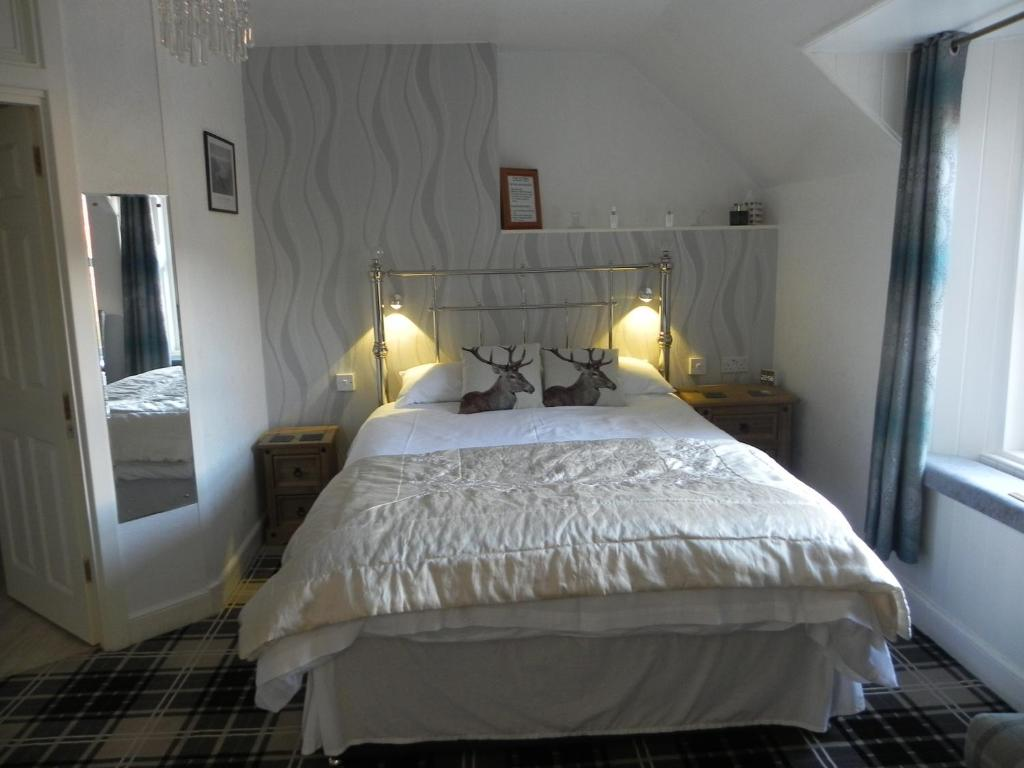 A bed or beds in a room at glenardran house