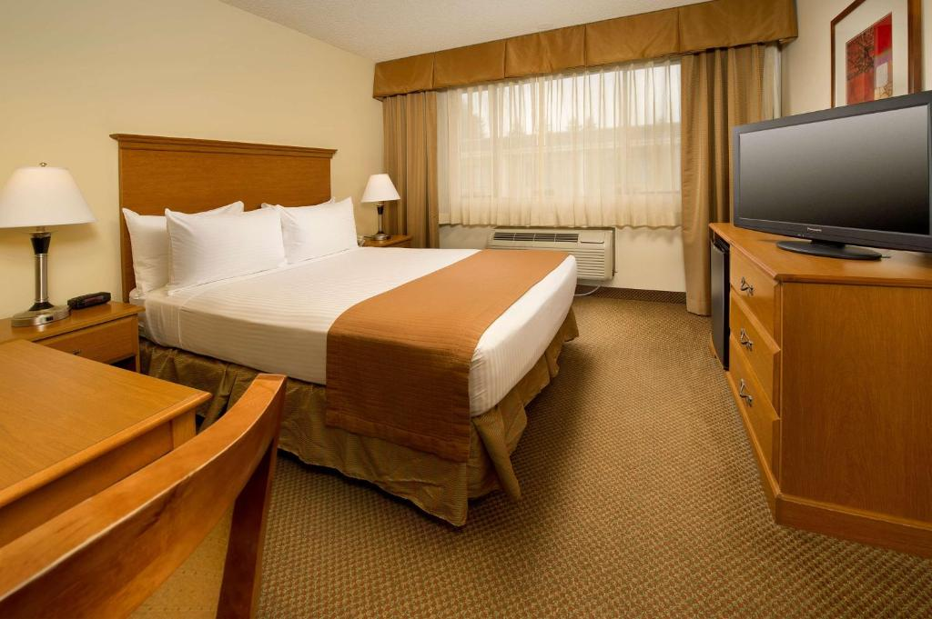 A bed or beds in a room at Best Western Seattle Airport Hotel
