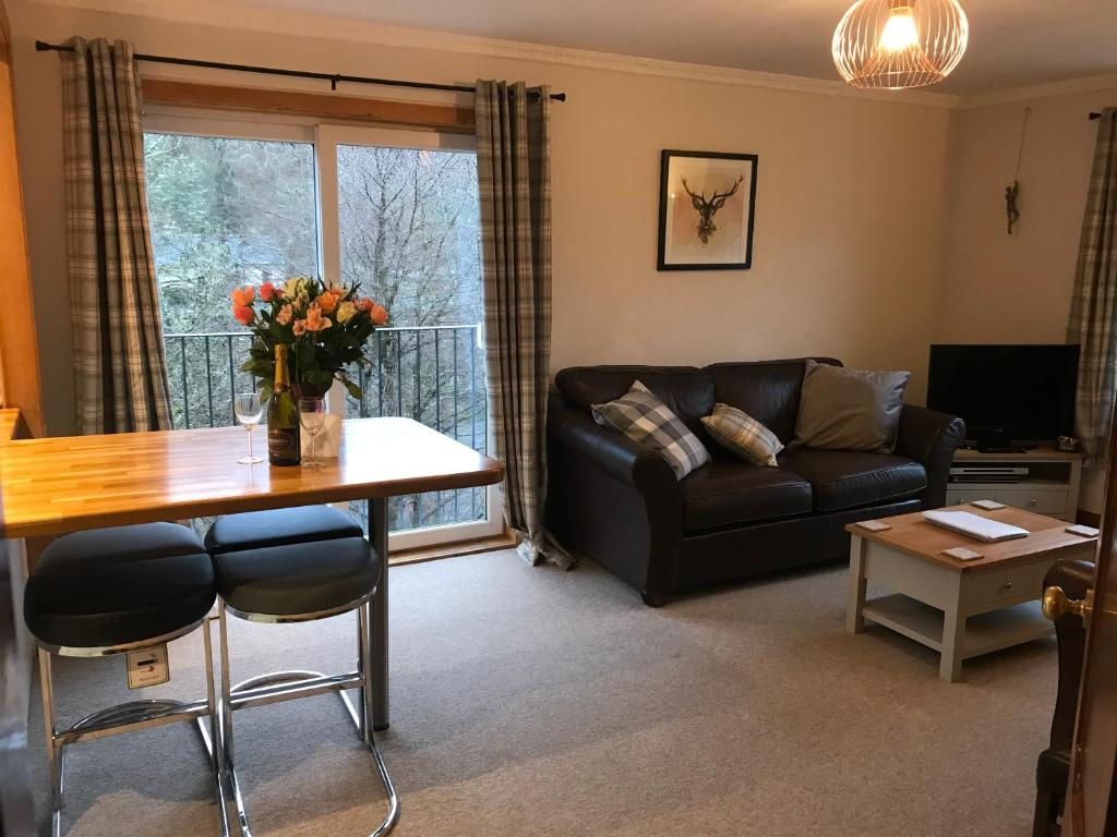 A seating area at Glenlochy Apartments