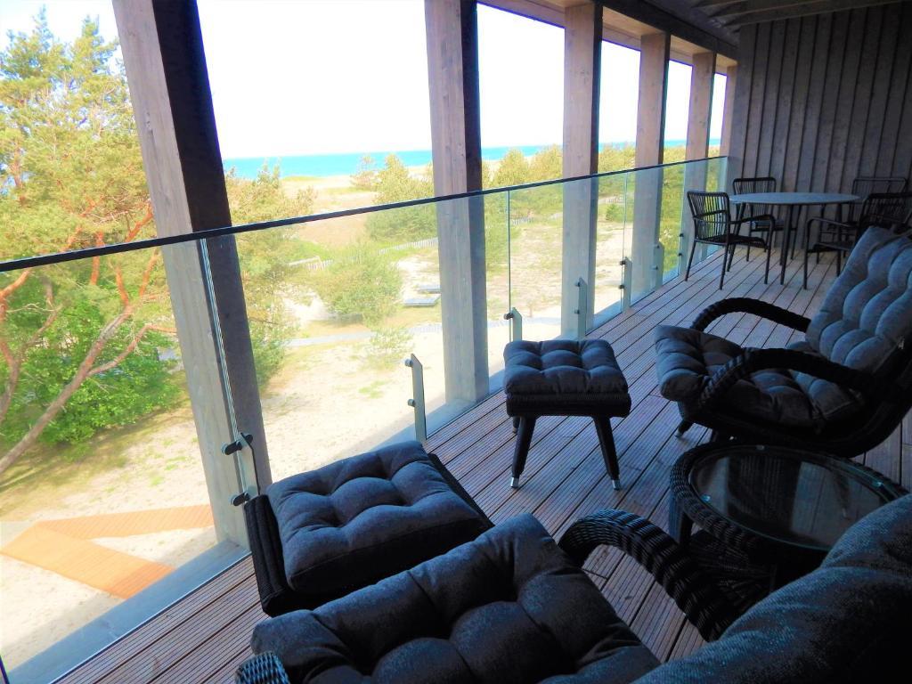 A seating area at LABAS NERINGA apartamentai su vaizdu į jūrą #15
