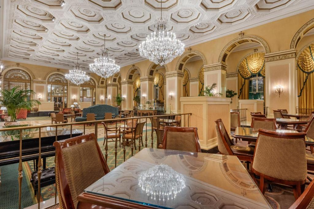 A restaurant or other place to eat at Omni William Penn Hotel
