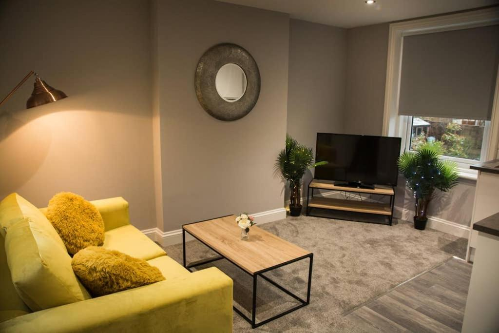 A television and/or entertainment center at Stunning Maidstone Apartment - Free Parking