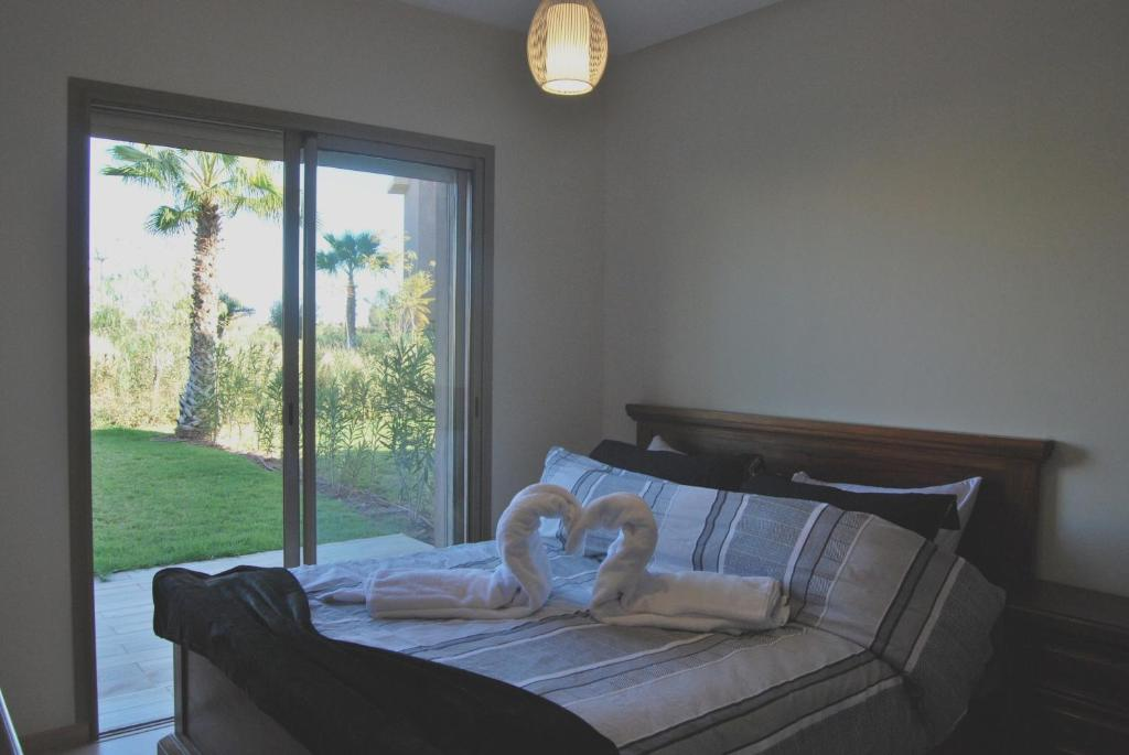 A bed or beds in a room at Apartment with one bedroom in Ménara, Marrakech, with shared pool, furnished garden and WiFi