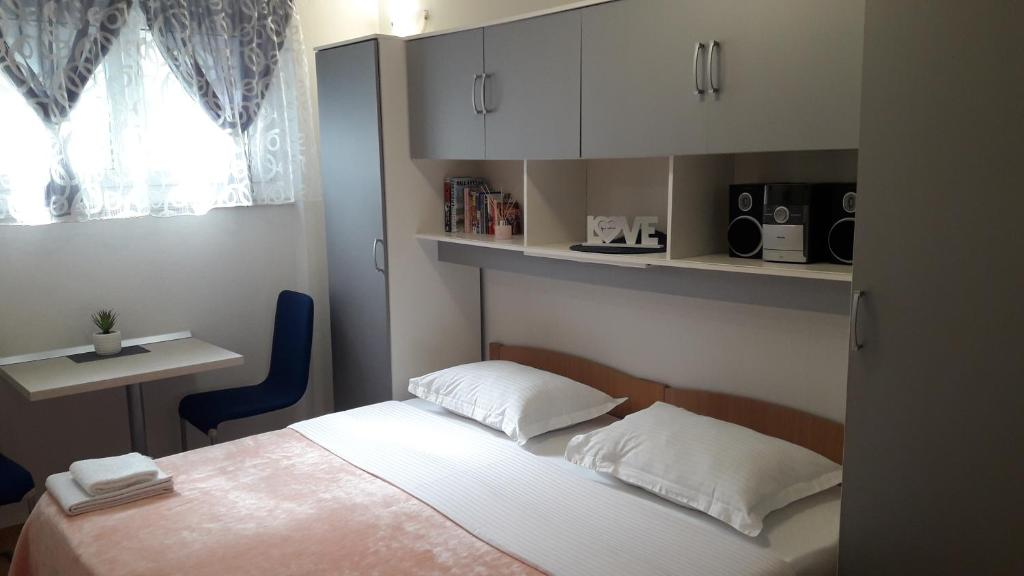 A bed or beds in a room at Studio Apartment Nani Centar