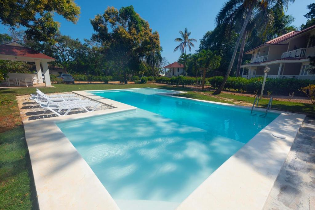 The swimming pool at or near El Pelicano Apart-Hotel