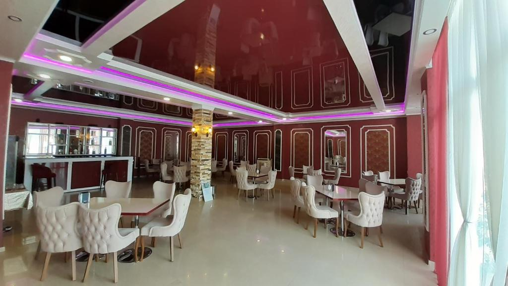 A restaurant or other place to eat at Eleganti Hotel