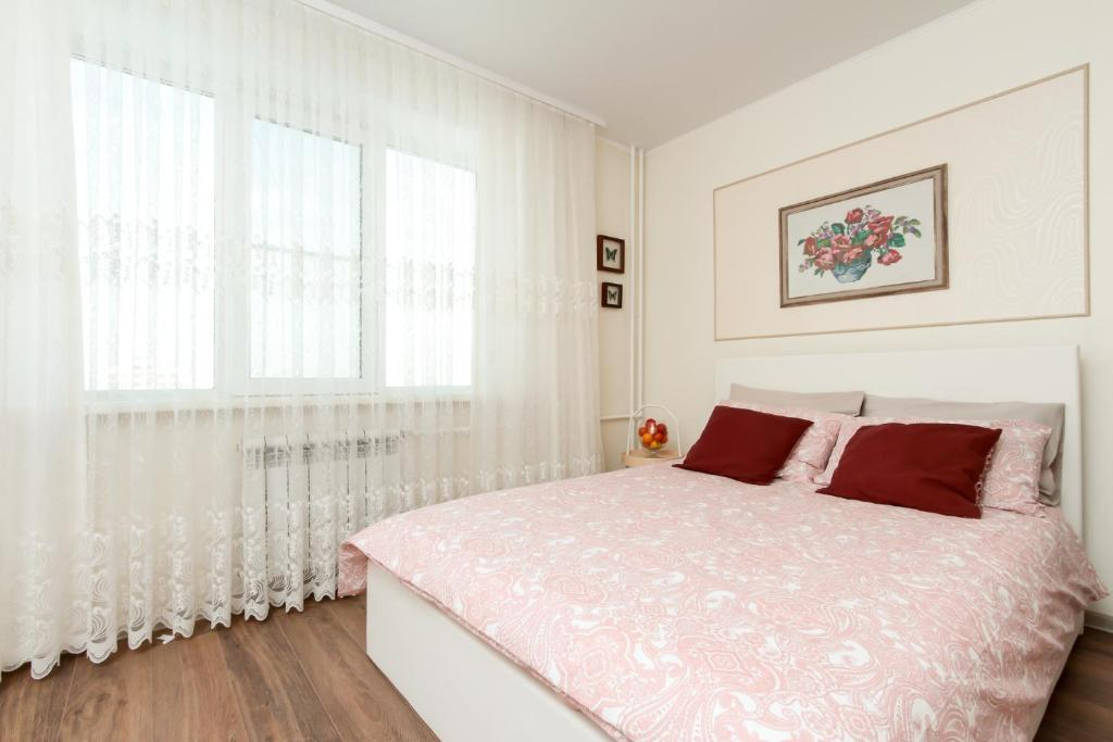 A bed or beds in a room at Стильные, новые аппартаменты на Т. Снежиной.