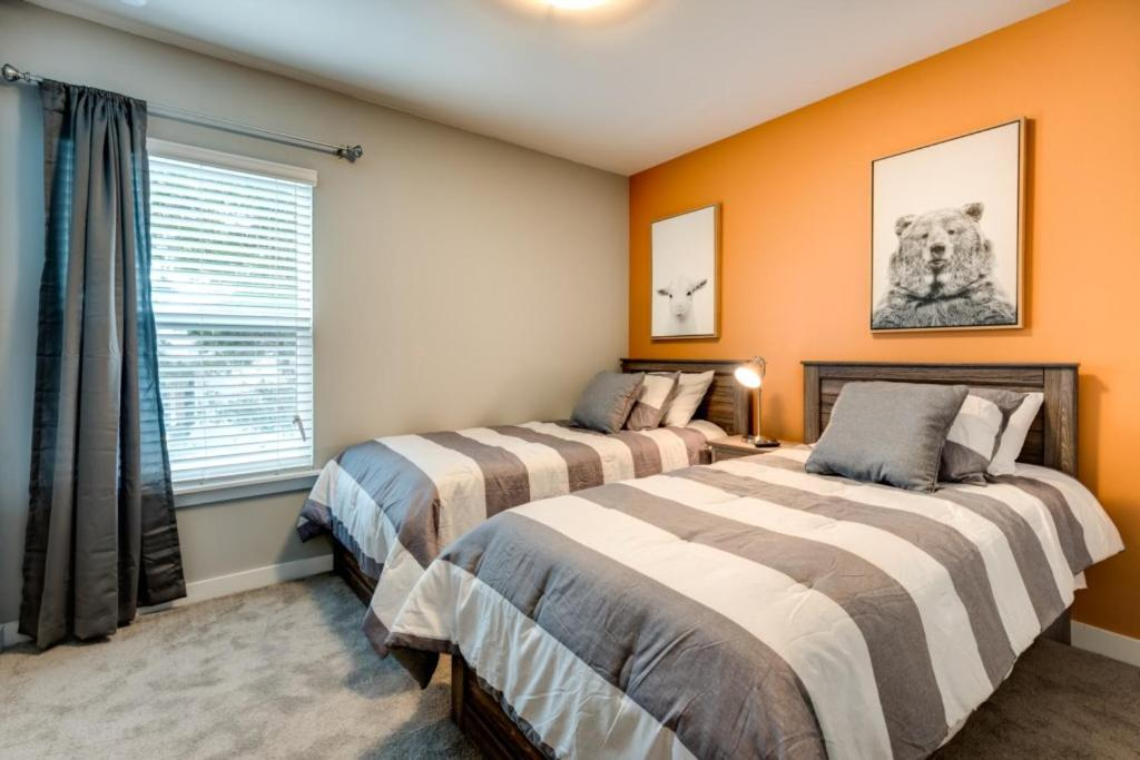 A bed or beds in a room at Near Disney World - Le Reve - Amazing Relaxing 4 Beds 3.5 Baths Townhome - 6 Miles To Disney