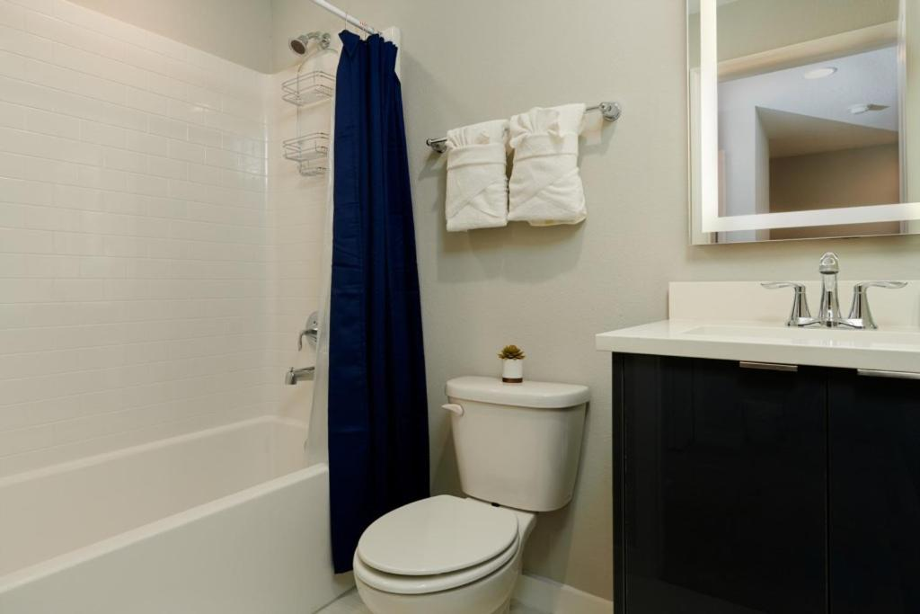 A bathroom at Enjoy Orlando With Us - Le Reve - Beautiful Cozy 4 Beds 3.5 Baths Townhome - 6 Miles To Disney