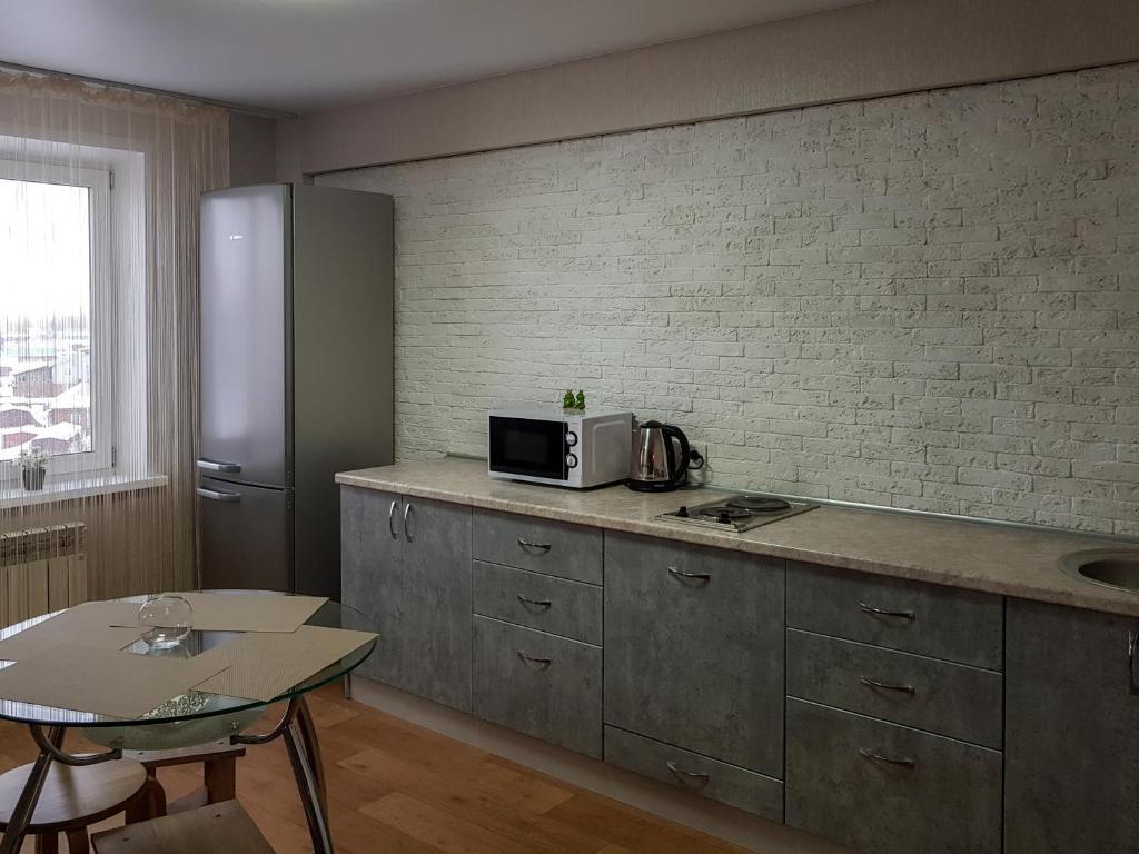 A kitchen or kitchenette at Апартаменты Кристалл на Волгоградской 27