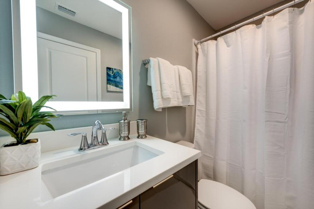 A bathroom at Disney On Budget - Le Reve - Feature Packed Cozy 4 Beds 3.5 Baths Townhome - 6 Miles To Disney