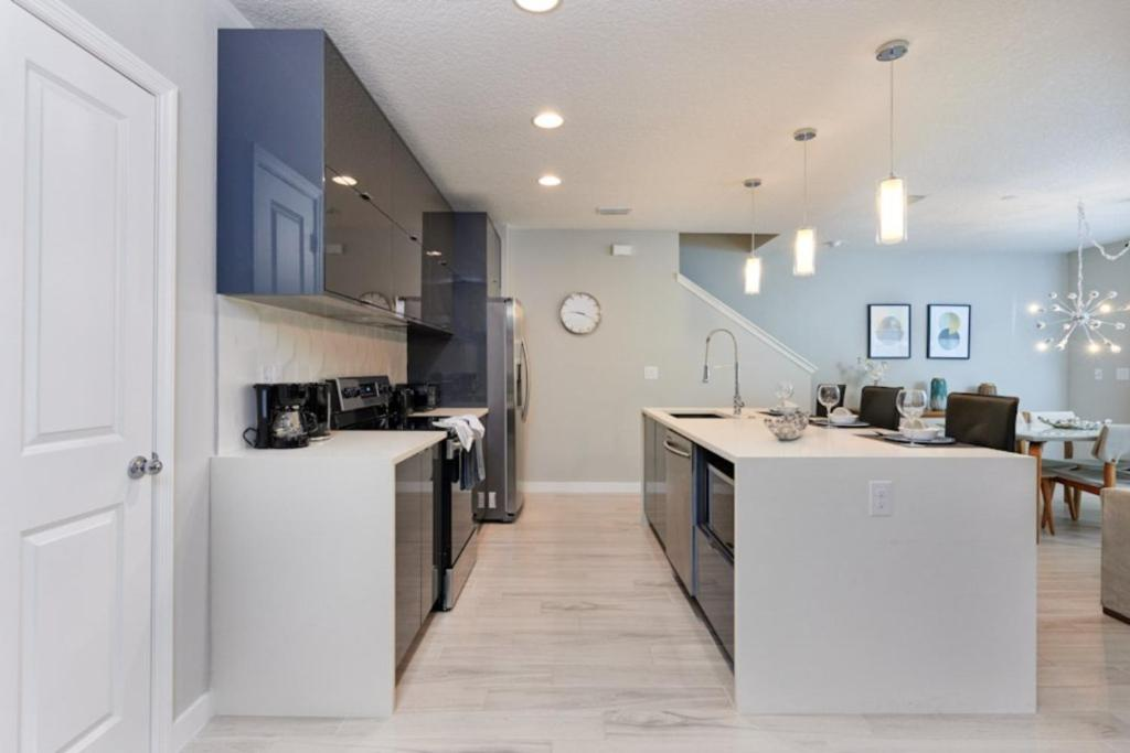 A kitchen or kitchenette at Luxury on a budget - Le Reve - Welcome To Relaxing 4 Beds 3.5 Baths Townhome - 6 Miles To Disney